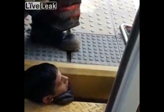 【レスキュー動画】列車とホームの隙間に挟まったインド人男性の救助の様子、一応生きてる・・・・・(動画)・2枚目