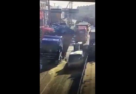 【合掌】トラックから荷崩れした鋼材の下敷きになった三輪バイク、これは運悪すぎ・・・・・(動画)・1枚目