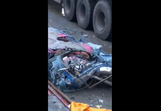 【合掌】トラックから荷崩れした鋼材の下敷きになった三輪バイク、これは運悪すぎ・・・・・(動画)・2枚目
