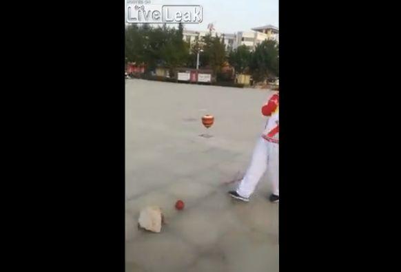 【衝撃】中国の独楽回し大道芸人、マジでこれどうなってんの・・・・・(動画)・1枚目