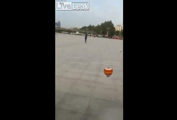 【衝撃】中国の独楽回し大道芸人、マジでこれどうなってんの・・・・・(動画)・2枚目