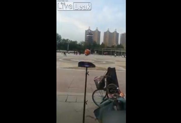 【衝撃】中国の独楽回し大道芸人、マジでこれどうなってんの・・・・・(動画)・3枚目