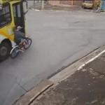 【衝撃事故】バスに捕まって自転車乗ってたブラジル少年、内輪差が・・・・・(動画)