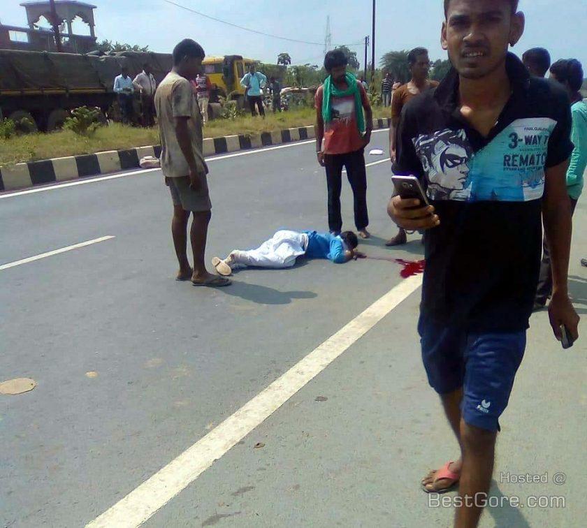 【合掌】インドで轢き逃げされ死亡した少女、血の痕がヤバい・・・・・(画像)・1枚目