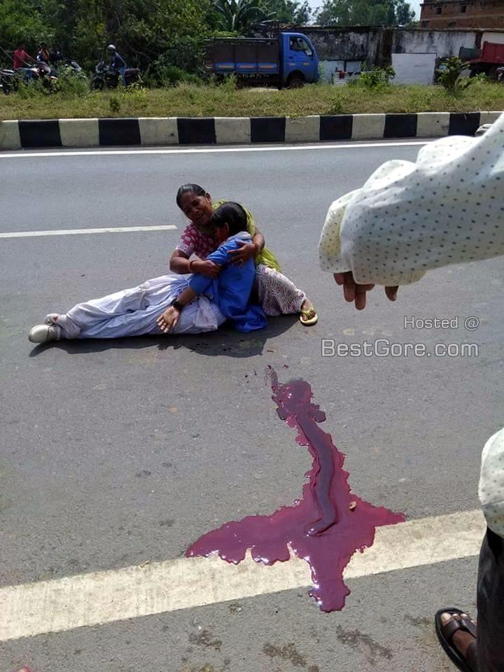 【合掌】インドで轢き逃げされ死亡した少女、血の痕がヤバい・・・・・(画像)・2枚目