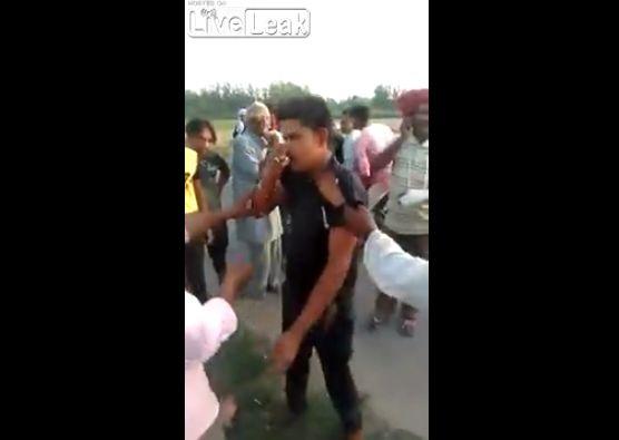【因果応報】6歳の少女をレイプしたインド人男性、現行犯で捕まってボコボコにされる・・・・・(動画)・3枚目