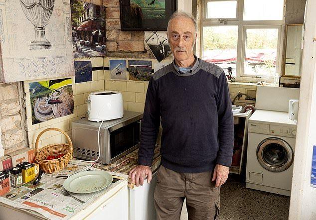 【狂気】屋根裏部屋で9体のラブドールと暮らすイギリス人男性(62)、闇深すぎだろ・・・・・(画像)・9枚目