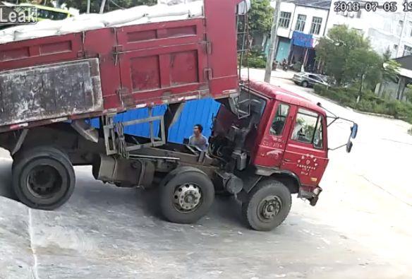 【衝撃】トラックの荷台とシャシーの間で作業してた男性、ブチュっと潰れる・・・・・(動画)・1枚目