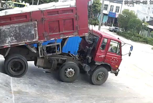 【衝撃】トラックの荷台とシャシーの間で作業してた男性、ブチュっと潰れる・・・・・(動画)・2枚目