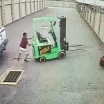 【合掌】フォークリフトとトラックに挟まれた男性、無事っぽいもその後病院で死亡・・・・・(動画)