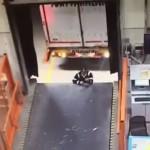 【不注意】トルコのトラックターミナルで働く男性、完全に不注意だろ・・・・・(動画)