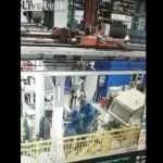 【恐怖】巨大プレス機の下で働く男性、これは嫌な予感が・・・・・(動画)