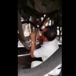 【危機一髪】列車の下に潜って修理する鉄道作業員、インドでは命がけの仕事なんだな・・・・・(動画)