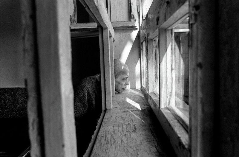 【悲惨】とある写真家が撮影したセルビア人難民収容施設、これが2000年代ってマジかコレ・・・・・(画像)・1枚目