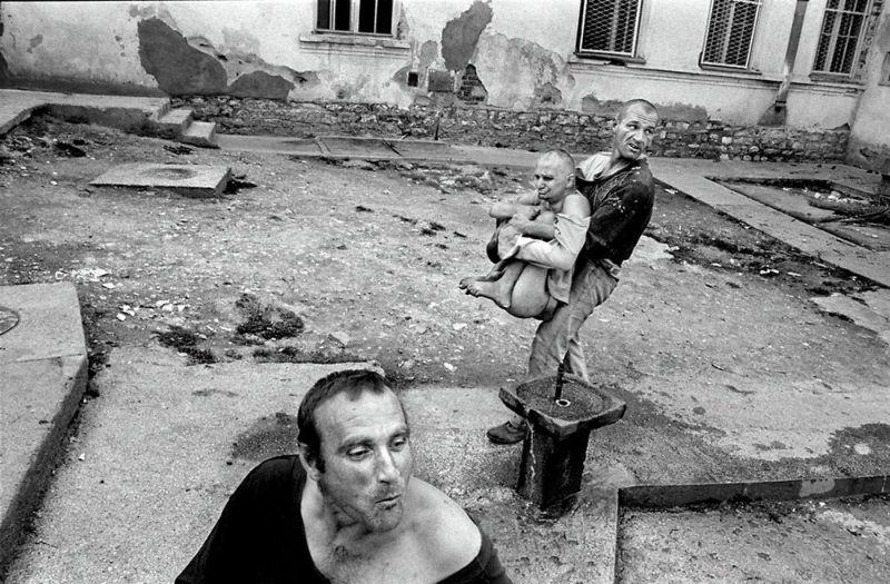 【悲惨】とある写真家が撮影したセルビア人難民収容施設、これが2000年代ってマジかコレ・・・・・(画像)・2枚目