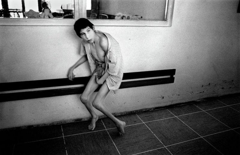 【悲惨】とある写真家が撮影したセルビア人難民収容施設、これが2000年代ってマジかコレ・・・・・(画像)・4枚目
