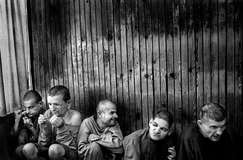 【悲惨】とある写真家が撮影したセルビア人難民収容施設、これが2000年代ってマジかコレ・・・・・(画像)・6枚目