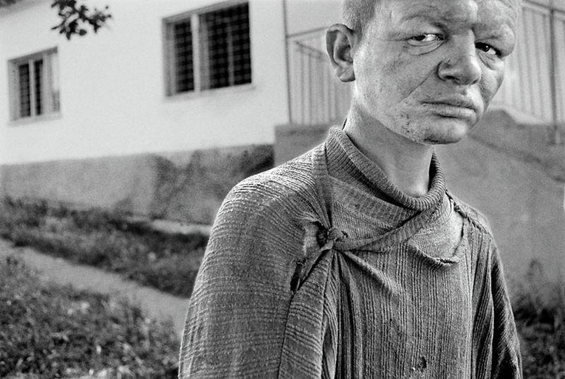 【悲惨】とある写真家が撮影したセルビア人難民収容施設、これが2000年代ってマジかコレ・・・・・(画像)・7枚目