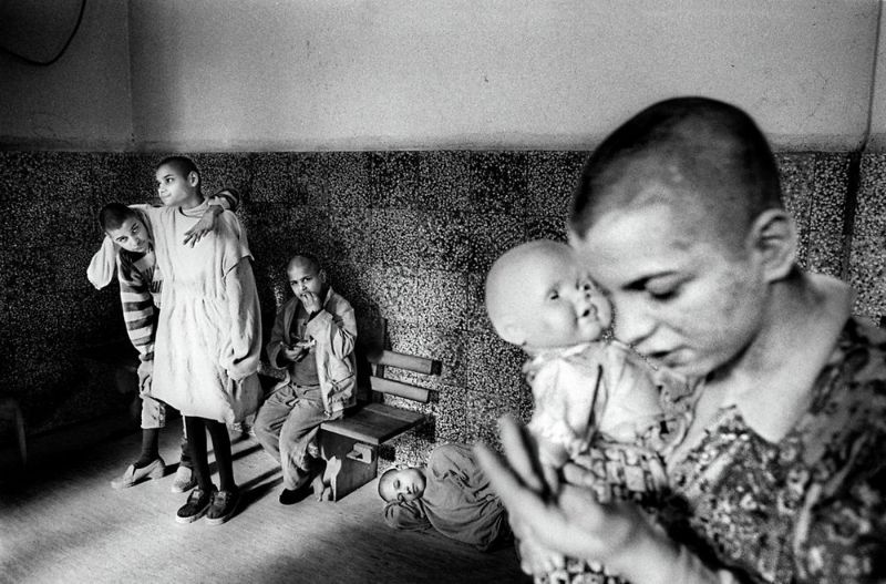 【悲惨】とある写真家が撮影したセルビア人難民収容施設、これが2000年代ってマジかコレ・・・・・(画像)・8枚目