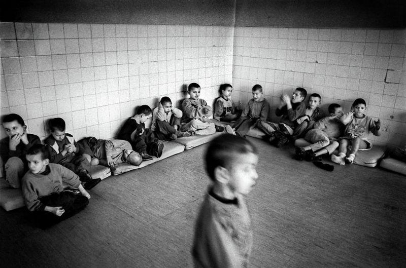 【悲惨】とある写真家が撮影したセルビア人難民収容施設、これが2000年代ってマジかコレ・・・・・(画像)・11枚目