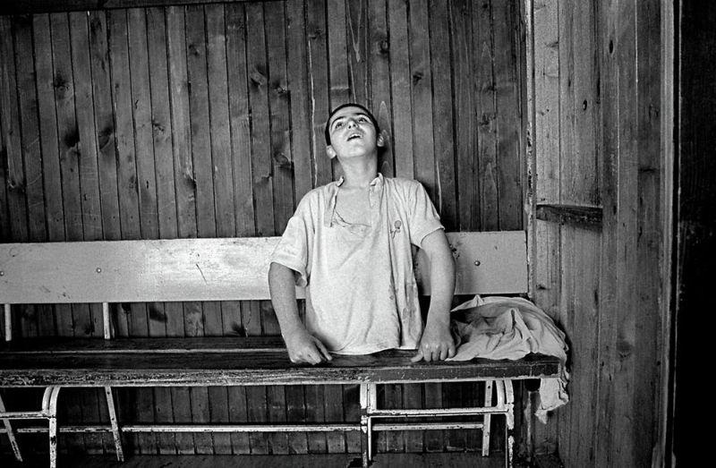 【悲惨】とある写真家が撮影したセルビア人難民収容施設、これが2000年代ってマジかコレ・・・・・(画像)・13枚目