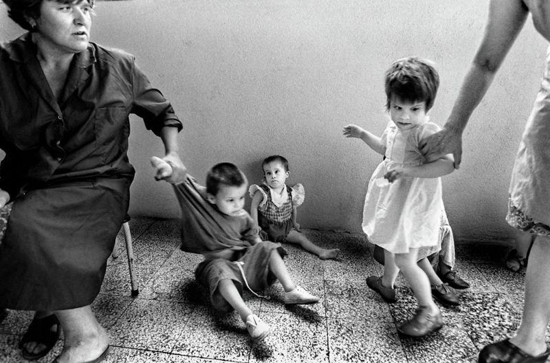 【悲惨】とある写真家が撮影したセルビア人難民収容施設、これが2000年代ってマジかコレ・・・・・(画像)・14枚目