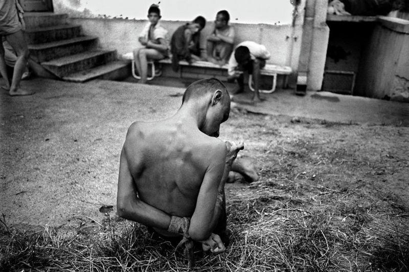 【悲惨】とある写真家が撮影したセルビア人難民収容施設、これが2000年代ってマジかコレ・・・・・(画像)・15枚目