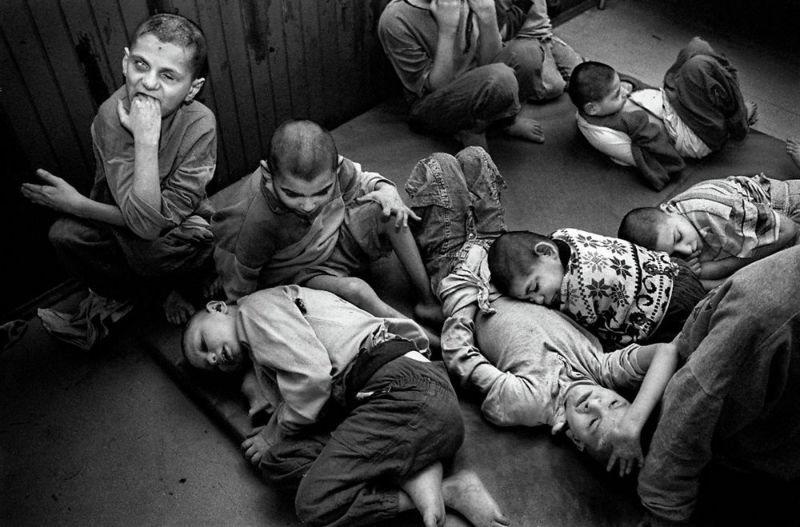 【悲惨】とある写真家が撮影したセルビア人難民収容施設、これが2000年代ってマジかコレ・・・・・(画像)・17枚目