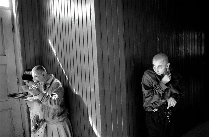 【悲惨】とある写真家が撮影したセルビア人難民収容施設、これが2000年代ってマジかコレ・・・・・(画像)・21枚目