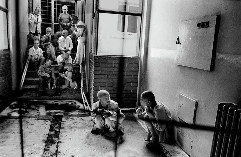 【悲惨】とある写真家が撮影したセルビア人難民収容施設、これが2000年代ってマジかコレ・・・・・(画像)・23枚目