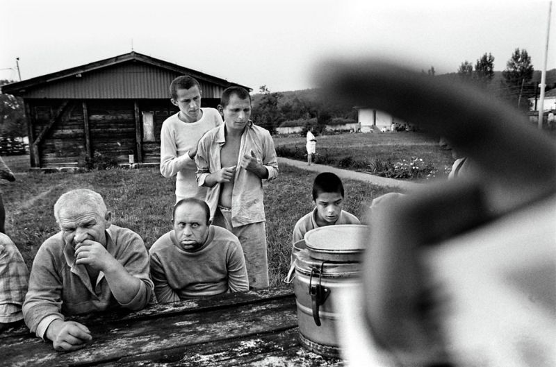 【悲惨】とある写真家が撮影したセルビア人難民収容施設、これが2000年代ってマジかコレ・・・・・(画像)・24枚目