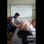 【おっぱいマッサージ】中国の凄腕おっぱいマッサージ師、確かに効くんだろうけどコレは・・・・・(動画)