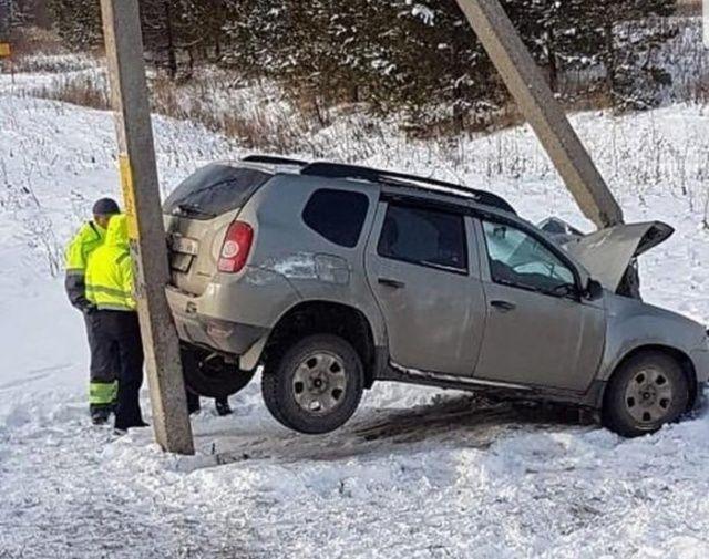 【ミラクル】ロシアで起こった自動車スリップ事故、奇跡のような引っかかり方をする!!(画像)・1枚目
