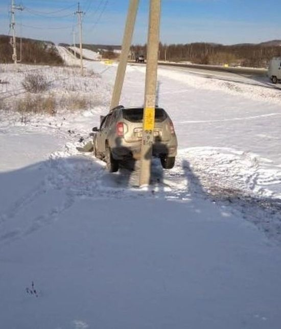 【ミラクル】ロシアで起こった自動車スリップ事故、奇跡のような引っかかり方をする!!(画像)・2枚目