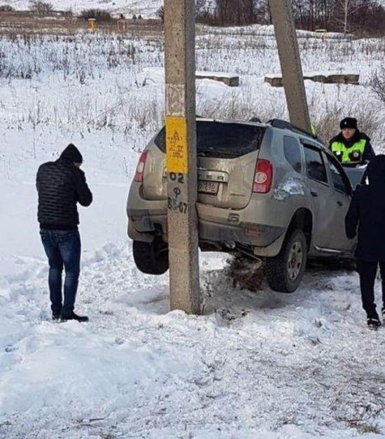 【ミラクル】ロシアで起こった自動車スリップ事故、奇跡のような引っかかり方をする!!(画像)・3枚目