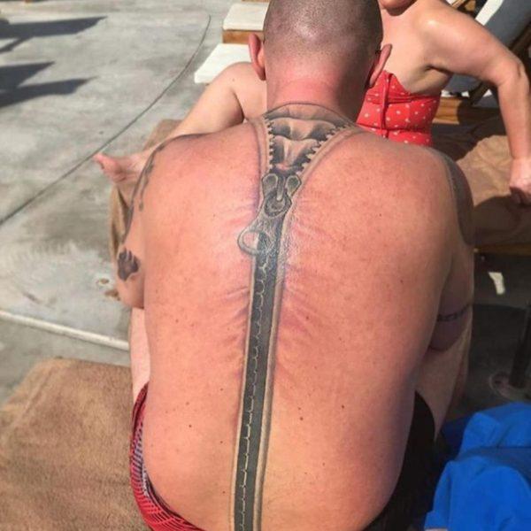 【お馬鹿】外人さんの変なタトゥー、マジでこいつ等コレで後悔しないのか・・・・・(動画)・1枚目