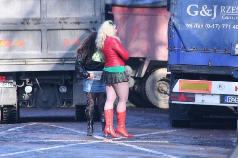 【売春婦】ストリートで稼ぐ海外の路上売春婦、ヤリたいけどリスク高過ぎだろ・・・・・(画像)・4枚目