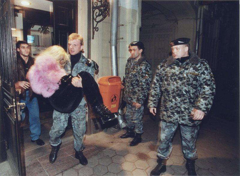【ロシア美女】1990年代ソ連崩壊後のロシアの様子がコチラ、一気に退廃的になってるな・・・・・(動画)・7枚目