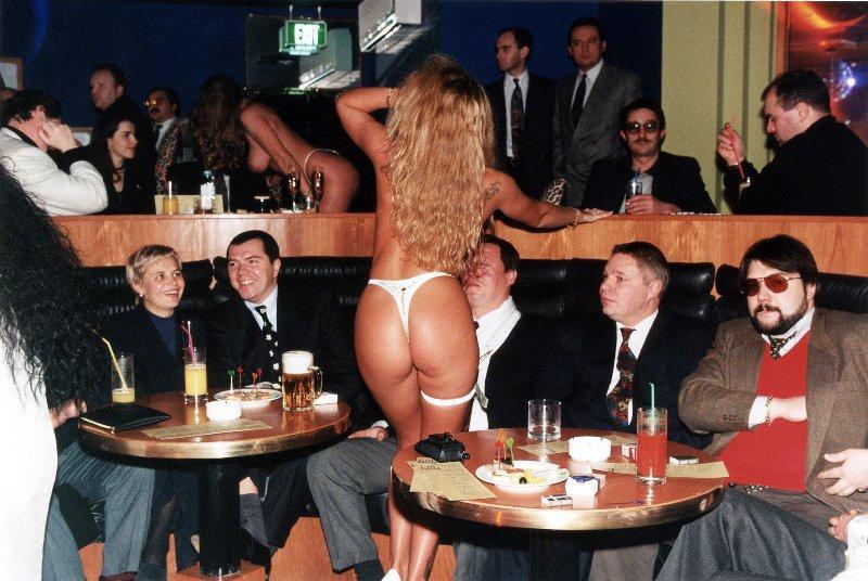 【ロシア美女】1990年代ソ連崩壊後のロシアの様子がコチラ、一気に退廃的になってるな・・・・・(動画)・9枚目