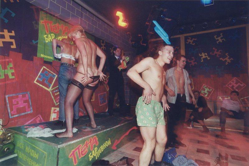 【ロシア美女】1990年代ソ連崩壊後のロシアの様子がコチラ、一気に退廃的になってるな・・・・・(動画)・13枚目