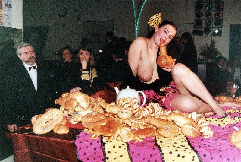 【ロシア美女】1990年代ソ連崩壊後のロシアの様子がコチラ、一気に退廃的になってるな・・・・・(動画)・16枚目