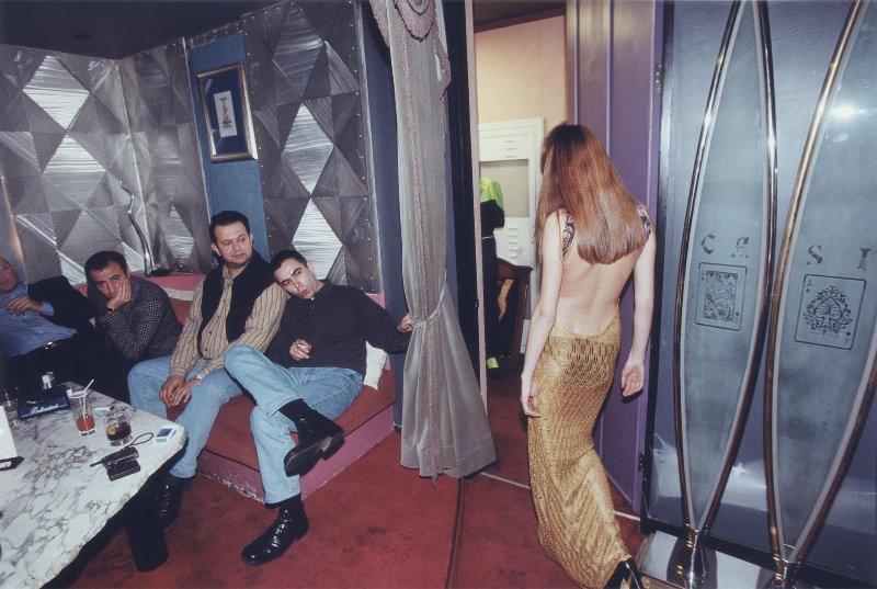【ロシア美女】1990年代ソ連崩壊後のロシアの様子がコチラ、一気に退廃的になってるな・・・・・(動画)・20枚目