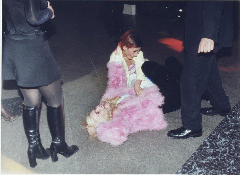 【ロシア美女】1990年代ソ連崩壊後のロシアの様子がコチラ、一気に退廃的になってるな・・・・・(動画)・22枚目