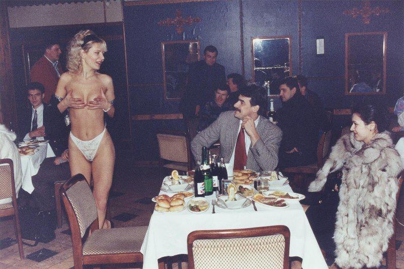 【ロシア美女】1990年代ソ連崩壊後のロシアの様子がコチラ、一気に退廃的になってるな・・・・・(動画)・33枚目