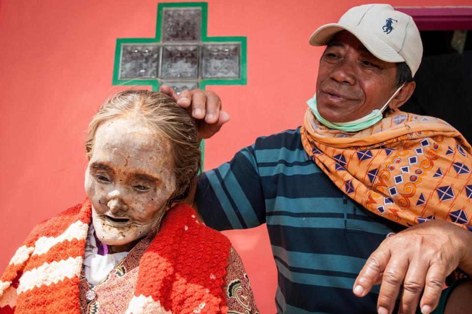 【奇習】インドネシア スラウェシ島に伝わる奇妙は風習、遺体を囲んでなんか楽しそう・・・・・(画像)・1枚目