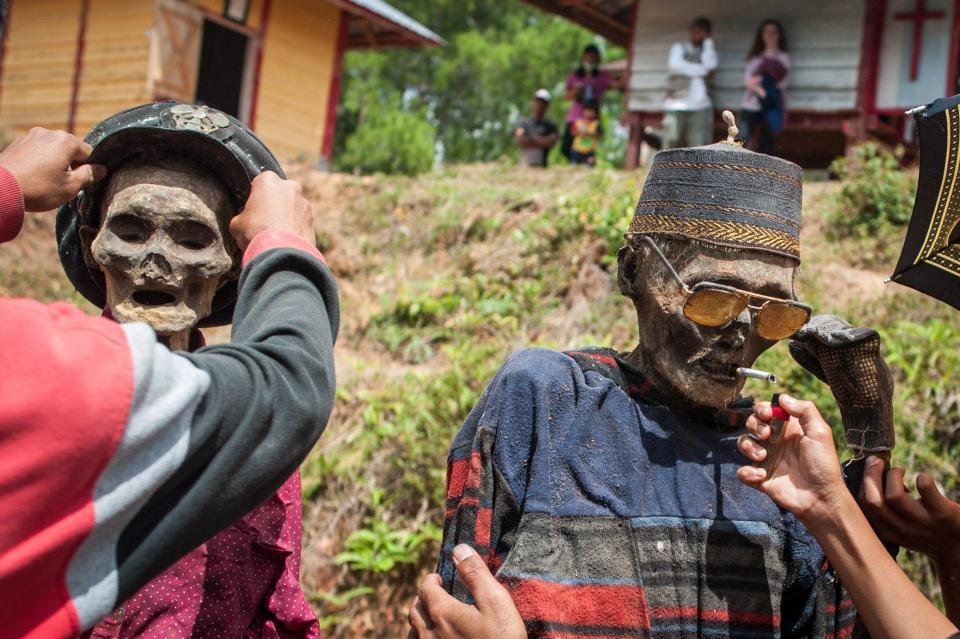 【奇習】インドネシア スラウェシ島に伝わる奇妙は風習、遺体を囲んでなんか楽しそう・・・・・(画像)・2枚目