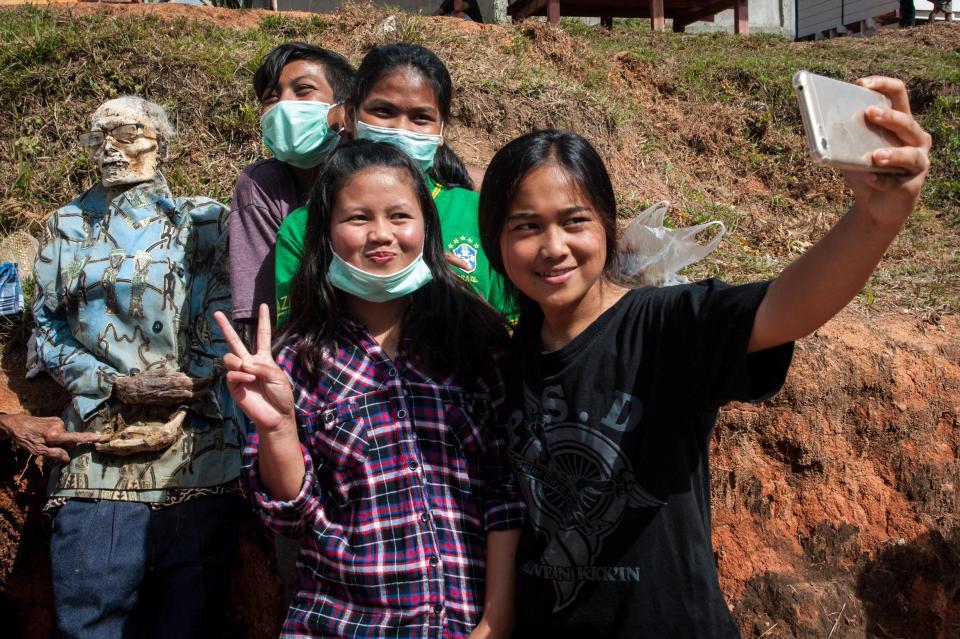 【奇習】インドネシア スラウェシ島に伝わる奇妙は風習、遺体を囲んでなんか楽しそう・・・・・(画像)・3枚目