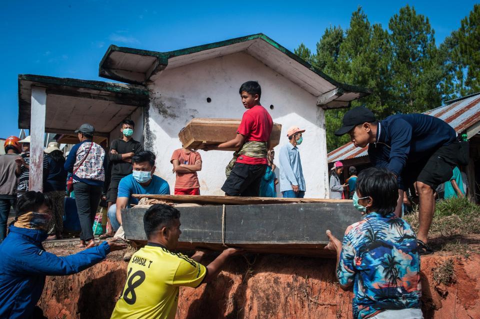 【奇習】インドネシア スラウェシ島に伝わる奇妙は風習、遺体を囲んでなんか楽しそう・・・・・(画像)・4枚目