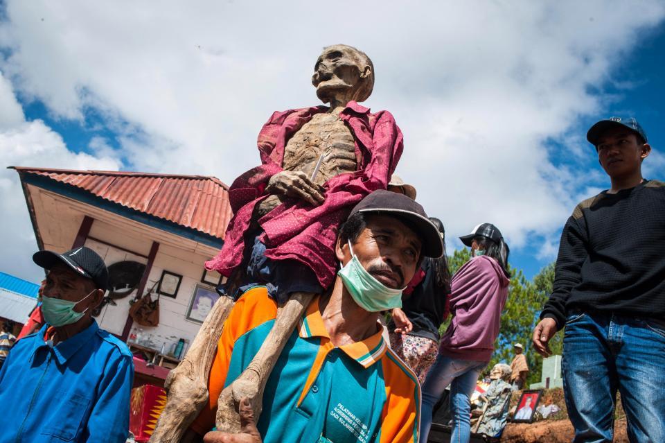 【奇習】インドネシア スラウェシ島に伝わる奇妙は風習、遺体を囲んでなんか楽しそう・・・・・(画像)・5枚目