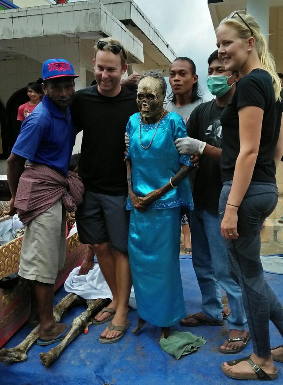 【奇習】インドネシア スラウェシ島に伝わる奇妙は風習、遺体を囲んでなんか楽しそう・・・・・(画像)・7枚目